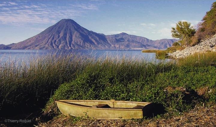 Lac-Atitlan-Guatemala-Barque